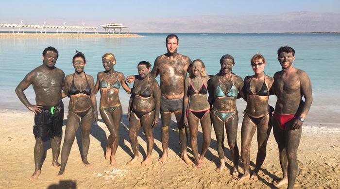 Iszappakolás a Holt-tengernél